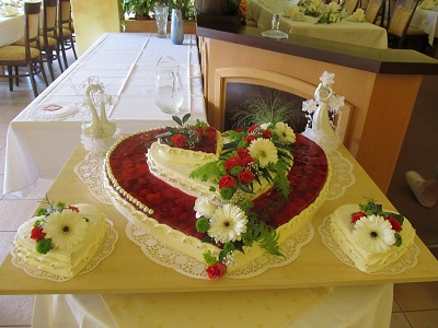 Hochzeitstorte Herz Mit Rosen Pictures to pin on Pinterest
