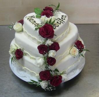 stöckige Hochzeitstorte mit natürlichen Rosen. Torten sind ...